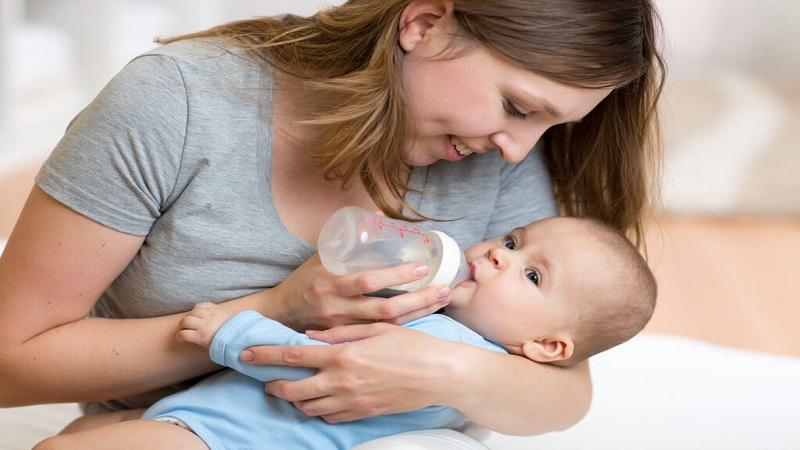 Có nên cho trẻ sơ sinh uống nước hay không?