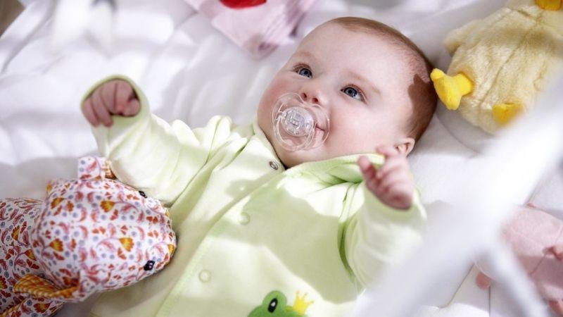 Mang theo sổ khám thai định kỳ để bác sĩ nắm được tình hình sức khoẻ của thai nhi