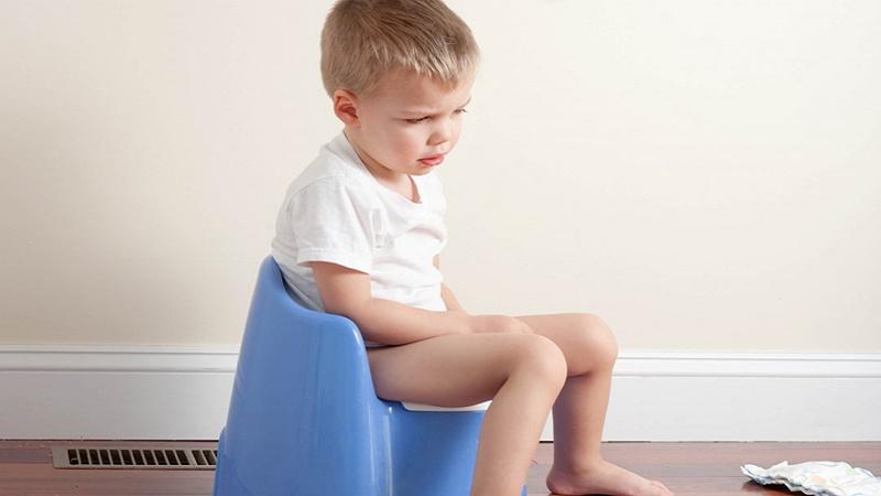 Cho trẻ uống nước chanh để trị táo bón